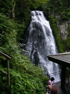 迫る滝と展望台
